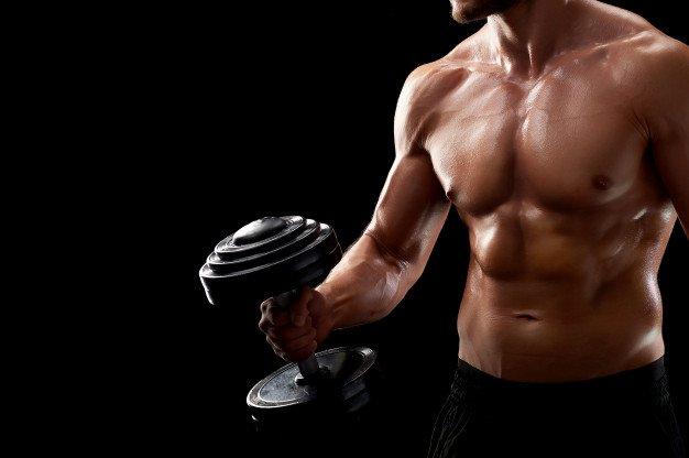 uomo che allena braccia